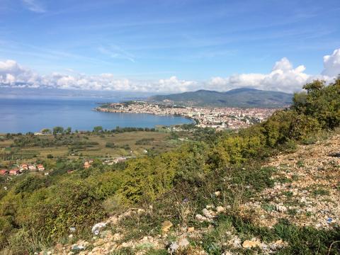 Een overzicht van de steden Ohrid en Struga, het meer van Ohrid en in de verte bij de bergen Albanië.