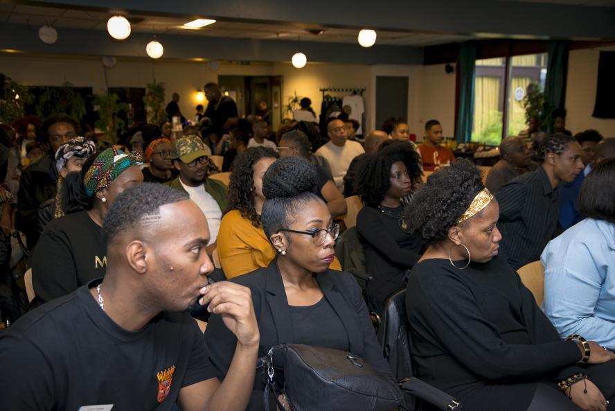 Geboeid publiek. Foto Ptah Ank Re