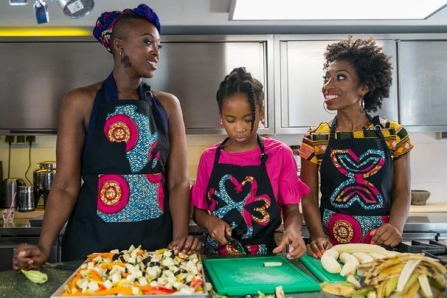 In Cooking Back To Our Roots interviewt Vivian Acquah bekende Nederlanders, waaronder Minchenu Maduro