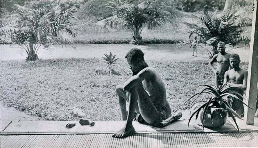 Foto – Nsala kijkt naar de ledematen van zijn dochter / gemaakt door Alice Seeley Harris (bron)