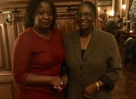 Interim bestuursvoorzitter NiNsee Linda Nooitmeer (l) en dr. Barryl Biekman van de Landelijke Beweging (r), bekrachtigen het besluit om de herdenking van de afschaffing van de slavernij weer op 1 juli te te doen plaatsvinden