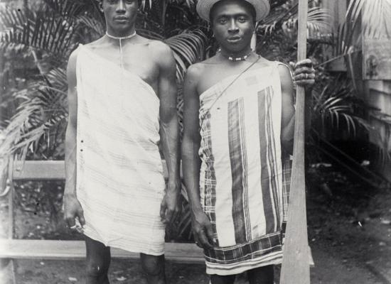 Portret van twee Marrons in traditionele kleding.